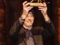Steve Reich mostra il Leone d'Oro al pubblico del Teatro alle Tese (Arsenale di Venezia). Credits Akiko Miyake