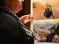 Franca Bastianello di Restiamo Umani con Vik davanti alle foto di Haitham Al Khatib. Credits Valentina Zanaga