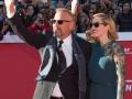 Kevin Costner e la figlia Lily salutano il pubblico dal red carpet del Festival di Roma 2014. Credits Octavian Micleusanu