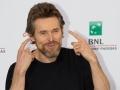 """Willem Dafoe scherza al photocall del film """"La spia"""" al Festival di Roma 2014. Credits Octavian Micleusanu"""
