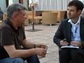 Alexander Sokurov intervistato dal fotografo Octavian Micleusanu sulla terrazza dell'Excelsior alla 72a Mostra del Cinema di Venezia. Foto Valentina Zanaga