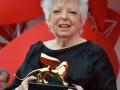 Thelma Schoonmaker esibisce il Leone d'oro alla carriera sul red carpet, 71. Mostra d'Arte Cinematografica, Venezia 2014. Credits Valentina Zanaga