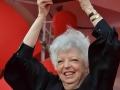 3674 Thelma Schoonmaker esibisce il Leone d'oro alla carriera sul red carpet, 71. Mostra d'Arte Cinematografica, Venezia 2014. Credits Valentina Zanaga